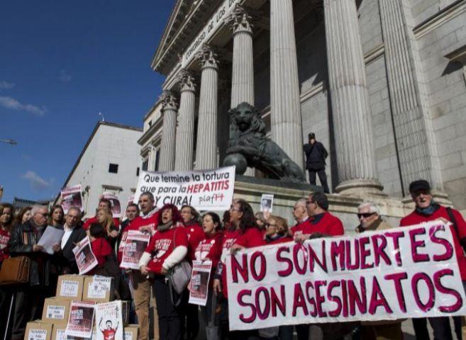 Afectados por hepatitis C frente al Congreso de los Diputados, el...