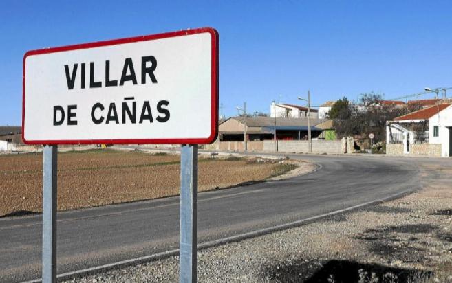 Un cartel indica la entrada a la localidad de Villar de Cañas.