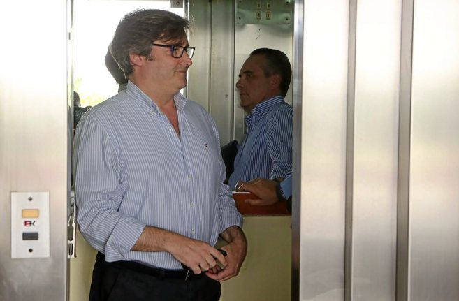 Eloy Carmona charla, ayer, con el presidente provincial del PP, Juan...
