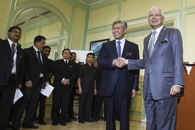 Najib Razak estrecha la mano del nuevo viceprimer ministro, Zahid...
