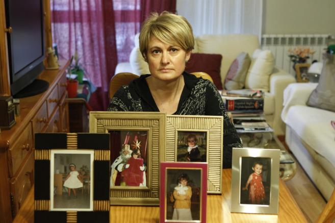 Angela González, junto a las fotos de su hija en una imagen de...