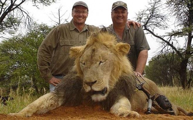 A la izquierda, el cazador que batió a 'Cecil' en otra...