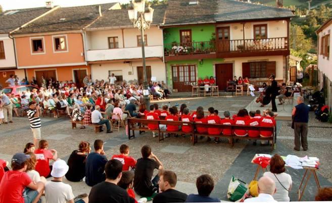 El público de la comarca Oscos-Eo, durante uno de los espectáculos.