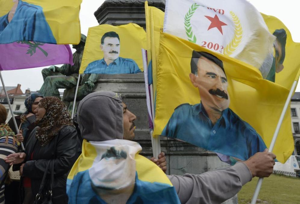 Manifestantes enarbolan retratos del líder del PKK, Abdulá Ocalan,...