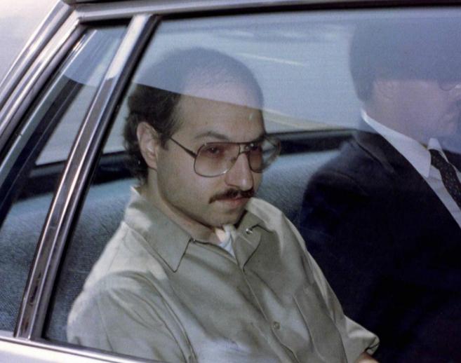 Foto de archivo de Jonathan Pollard, en coche tras conocer la...
