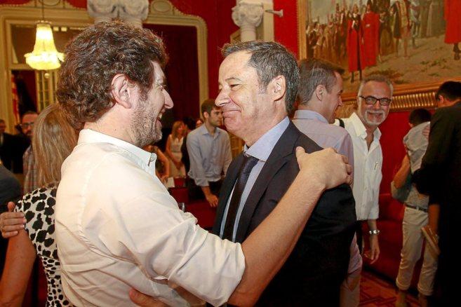 El líder de Podemos, Alberto Jarabo, felicitando a Fernando...