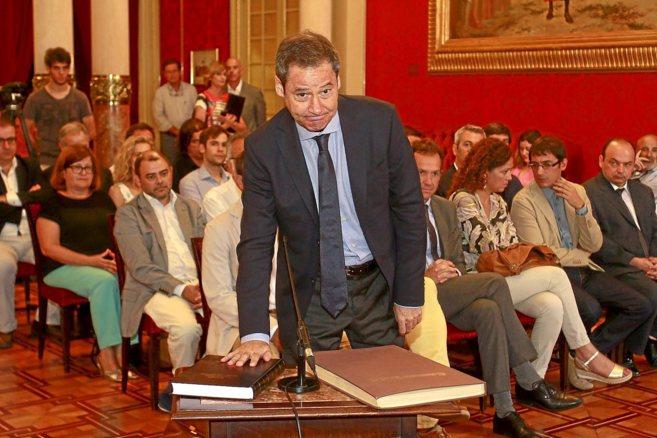 El síndico de Podemos, Fernando Toll- Messía, promete su cargo ante...