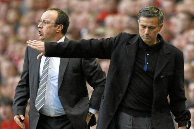 Benítez y Mourinho durante un partido de la Premier