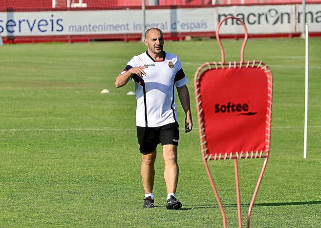 Albert Ferrer, en Son Bibiloni, dirigiendo la sesión de entrenamiento...
