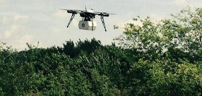 Uno de los drones de Flirtey durante el envío de medicamentos en...