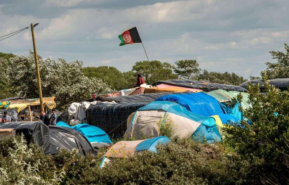 Una bandera afgana en los refugios improvisados para inmigrantes en un...