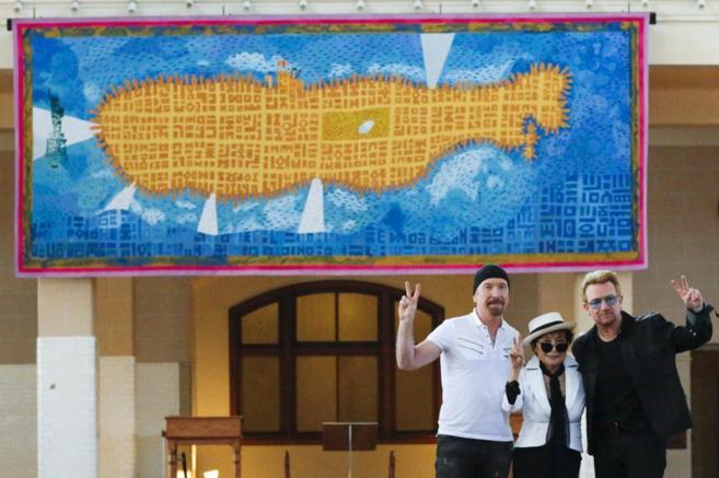 Yoko Ono y los miembros de U2 Bono y The Edge.