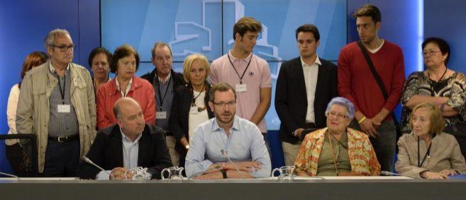 Javier Maroto y Carmelo Barrio junto a miembros de la asociación...