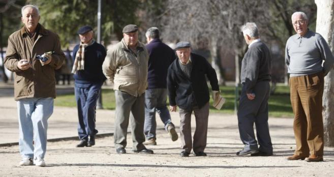 Jubilados jugando a la patanca en un parque