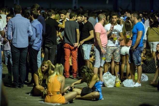 Jóvenes de botellón en Málaga.