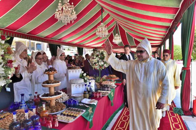 Mohamed VI saluda a los asistentes a la fiesta de celebración de sus...