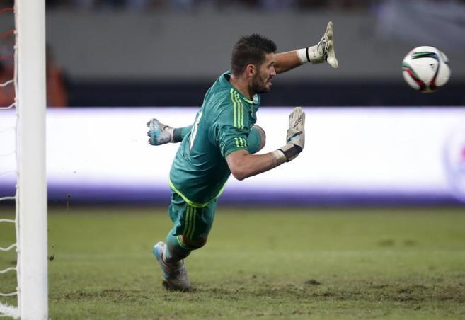 Casilla detiene un penalti en Shanghai durante el partido contra el...