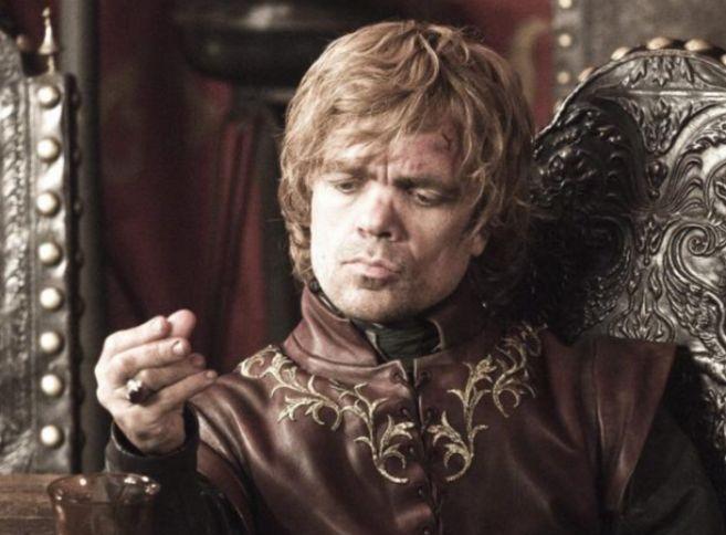 Tyrion Lannister, interpretado Peter Dinklage, durante un momento de...