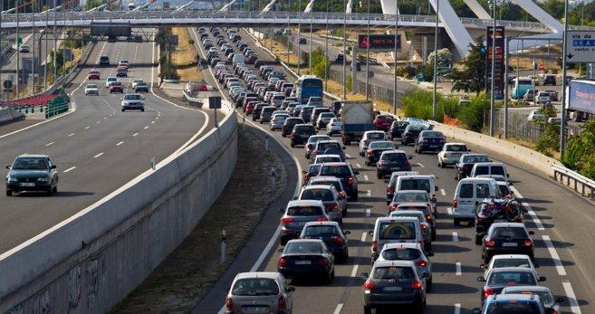 Imagen de archivo de retenciones a la salida de Madrid en el Puente de...