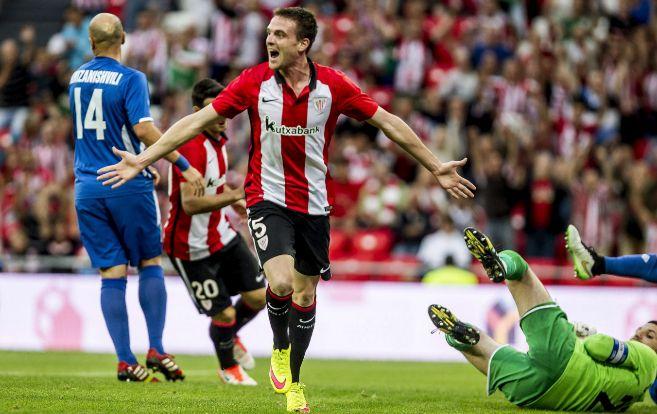 El mediapunta Javier Eraso celebra su primer gol con el Athletic,...