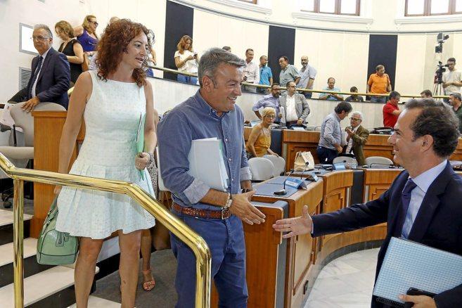 Carlos Castillo (PP) da la mano al portavoz del PSOE, José Chulvi,...