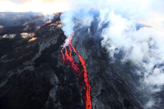 El volcán Piton de la Fournaise, en erupción el 17 de mayo de 2015.
