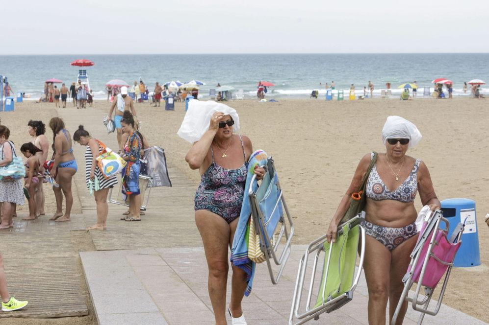 Bañistas abandonando la playa de Gandia el pasado miércoles debido...