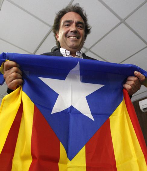 Santiago Espot, el miércoles, posando con la estelada en su despacho.