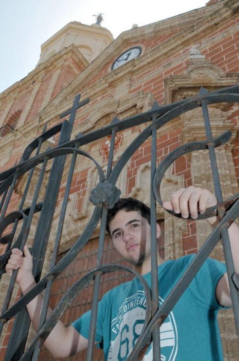 Álex Salinas, transexual de 21 años, a la entrada de una iglesia.