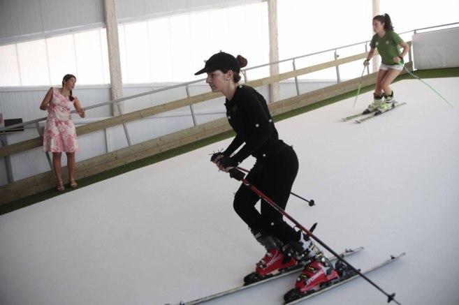 La esquiadora Carolina Ruiz da algunas indicaciones a una de las...
