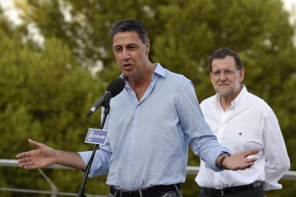 Albiol pronunciando un discurso mientras Rajoy le observa desde un...