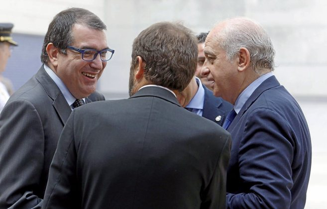 El conseller de Interior, Jordi Jané, charla con el ministro del...
