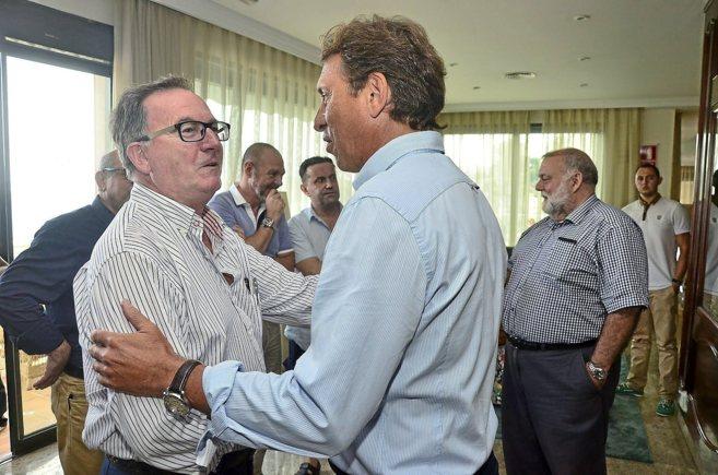 Francesc Fiol y Mateo Isern se saludan en el encuentro de militantes...