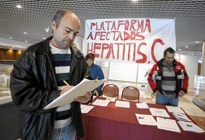 Afectados por la hepatitis C recogen firmas en el Hospital de Alicante...