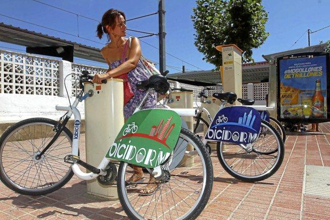 Una usuaria del servicio de alquiler de bicicletas de Benidorm, a...