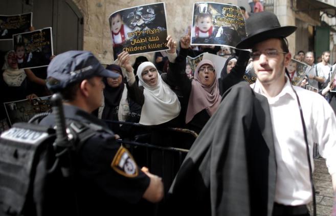 Fuerzas de seguridad israelíes bloquean a varios palestinos que se...
