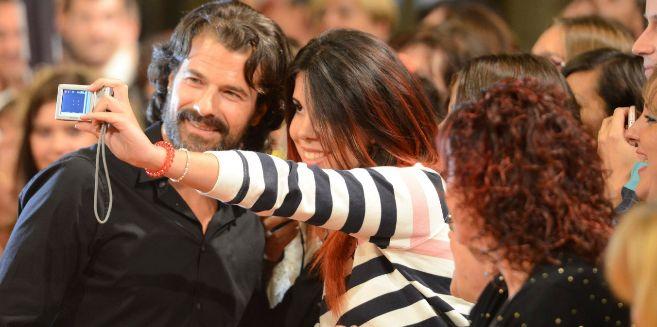 Rodolfo Sancho se fotografía con una joven en la edición de 2013 del...