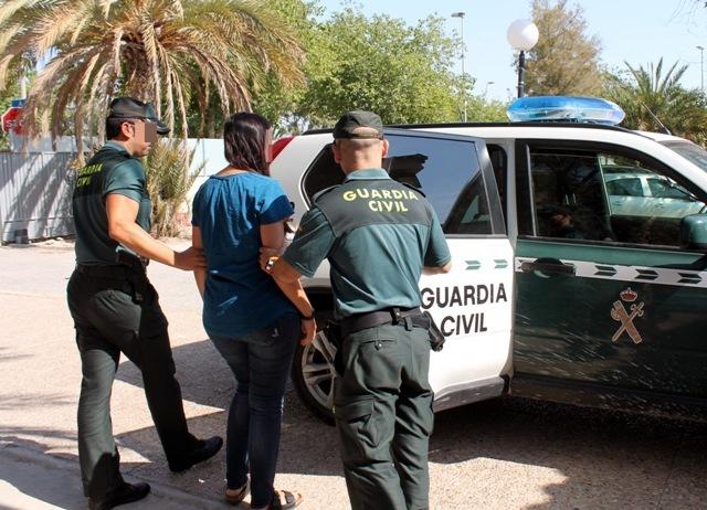 Los agentes, con uno de los detenidos.