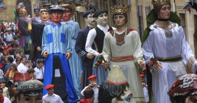 Gigantes y cabezudos por la parte vieja de San Sebastián
