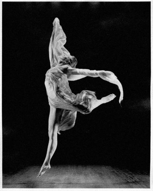 Isadora Duncan, bailando con uno de sus clásicos velos.