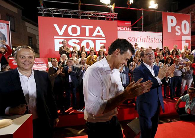 Antonio Carmona, Pedro Sánchez, y Ángel Gabilondo, en un mitin de...