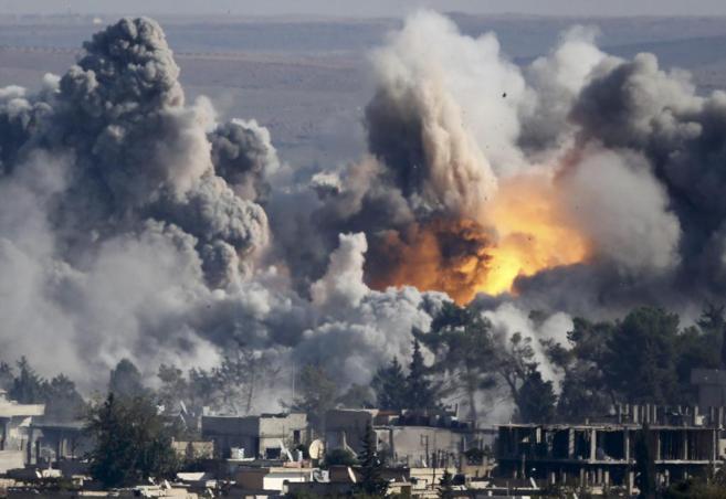 Una columna de humo se levanta tras el bombardeo de la coalición...