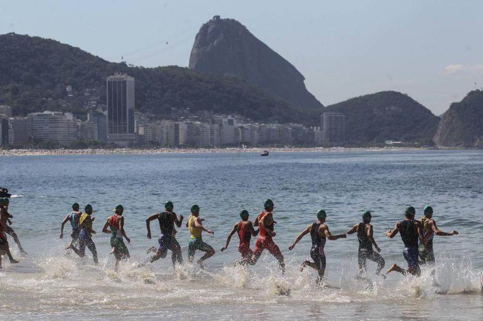 Varios triatletas en una competición en Río el pasado domingo.