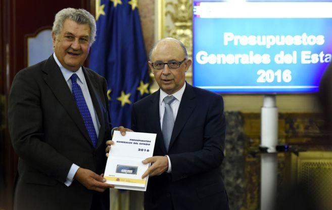 Jesús Posada y el ministro de Hacienda, Cristobal Montoro, presentan...