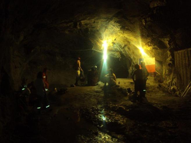 El día de rescate en la mina San José, la Armada de Chile anima a...