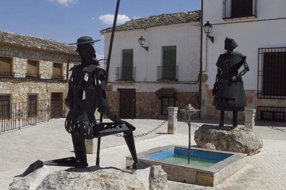 Plaza de El Toboso: Don Quijote clava la rodilla en señal de...