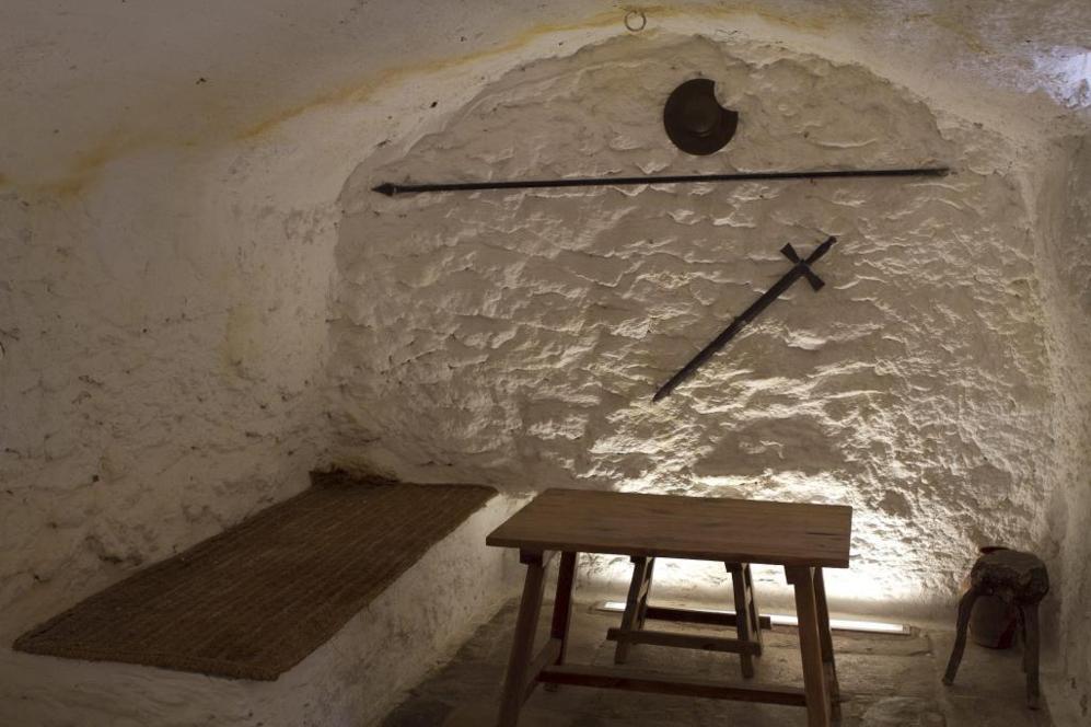 La celda que, según la tradición, ocupó Cervantes en la cueva de...