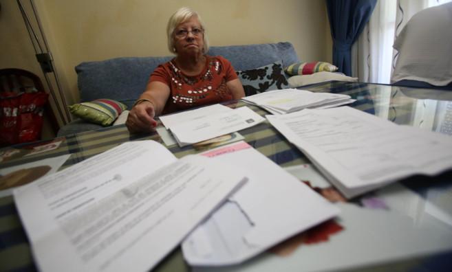 Adela Golpe con todos los documentos sobre las ayudas al alquiler que...