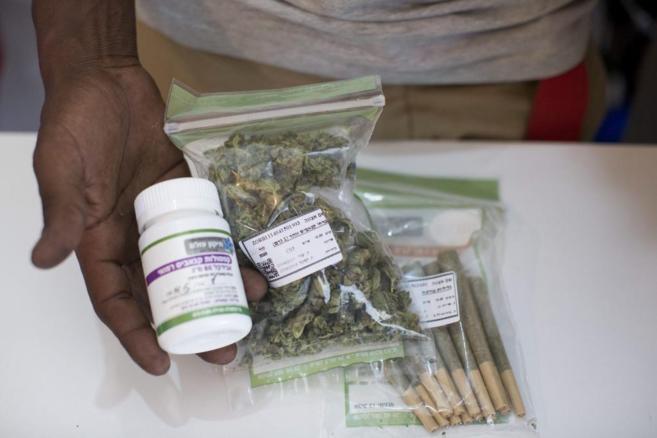 El empleado de un empresa de cannabis medicinal enseña sus productos...
