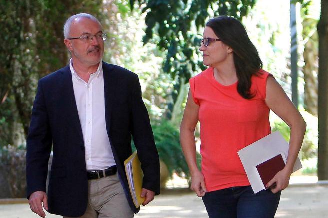 Antonio Montiel y Mónica Oltra durante la firma del Acuerdo del...
